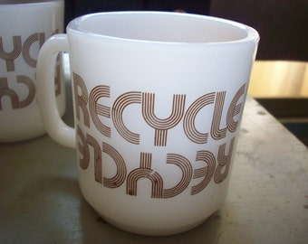 """ONE Retro Milk Glass 70s Mug with Pyro """"Recycle"""" message. Brown Record Font. SUPER SEVENTIES Style. Authentic."""