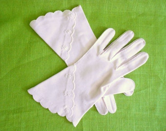 Vintage Pale Pink Wrist Bracelet  Length Cotton Gloves with Scallop & Embroidery Detail