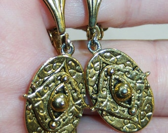 vintage small oval gold tone dangle and drop clip on earrings 14IN