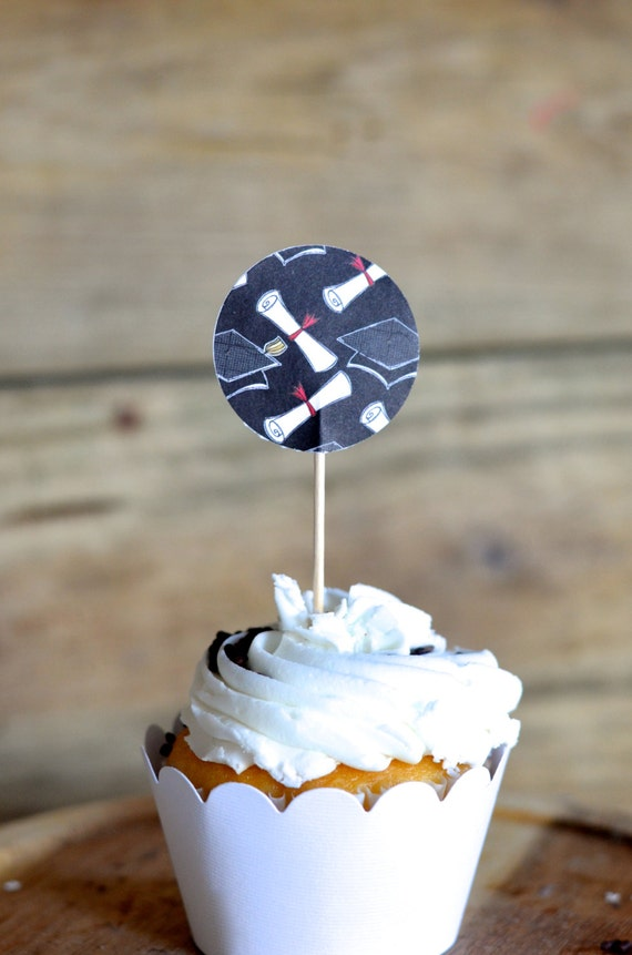 Graduation Cupcake Toppers, circle topper with black graduation hats and diplomas