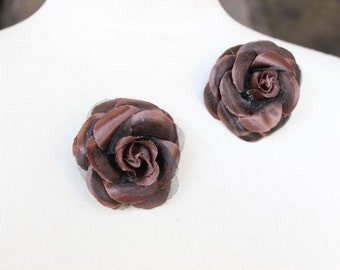 Brown    color  flower   with  pin back   2  piece listing