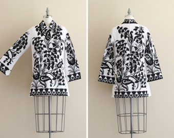 SALE - Vintage Tunic . 1960s Womens Tunic . Black and White Blouse