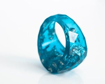 size 6 round faceted eco resin ring | brilliant blue with metallic silver flakes