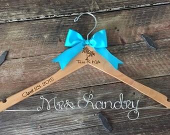 Beach Bride Hanger,  Palm Tree Wedding Hanger, Beach Wedding, Personalized Gift, Wedding Hanger, Tropical Wedding, Palm Tree Wedding