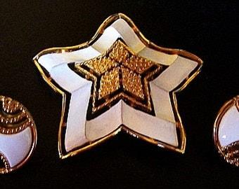 LISNER Brooch Earring Demi Set Signed White Enamel Gold Metal Summer BOLD Vintage