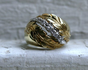 Lovely Leafy Vintage Diamond Ring in 18K Yellow Gold.
