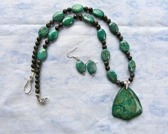 22 Inch Green Jasper and Gray Larvikite Pendant Necklace Set