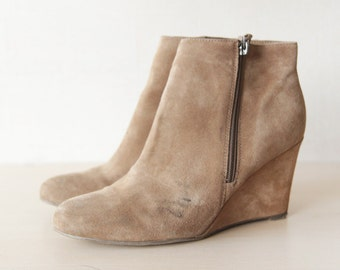 Tan beige suede minimalist high wedge heel ankle boots 8.5
