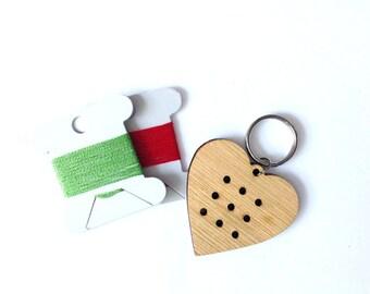 50 % OFF BRICOLAGE broderie porte-clé avec coeur pendentif en bois. Projet d'artisanat doux pour les enfants.