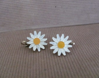 Vintage Daisy Earrings, 1960's Enamel Flower Earrings, Clip On Flower Earrings, 1960's Earrings