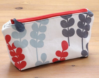Medium sized make-up bag | Padded with wipeable lining | Custom zip pull | Choose zip colour