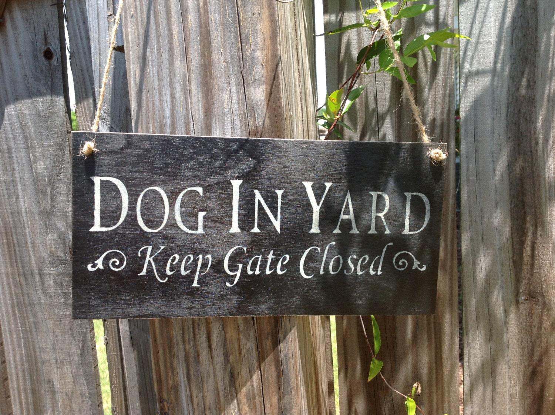 dog in yard keep gate closed sign hanging gate sign gate. Black Bedroom Furniture Sets. Home Design Ideas