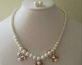 Faux pearl cream graduating pearl necklace and stud earring set