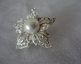 Vintage Faux Pearl Flower Brooch******.