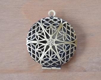 Beautiful  Antique Bronze Locket / Pendant