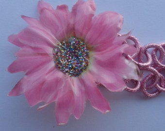 Chain necklace with beads and fuchsia gerbera