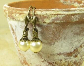 Earrings BEADED sweetheart, pearl earrings, earrings brass Pearl cream white elegant fine, vintage style handmade