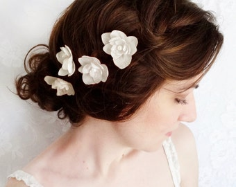 white flower hair pins for wedding, white flower hair clip, bridal flower hair accessories, flowers for hair, white bridal hair pieces,