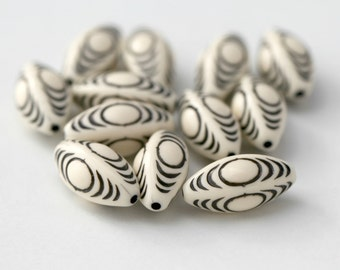 Vintage Black Ivory Cream Lucite Oval Etched Beads 20mm (12)