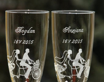 2 engraved wedding glasses custom made - bride and groom silhouette on bicycle
