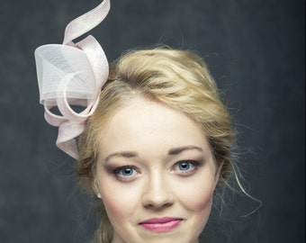 Modern fascinator with delicate crin in powder pink colour, pink headbow, chic and modern curly headpiece