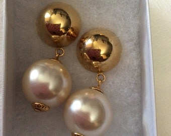 Vintage gold tone and Faux pearl earrings  40E