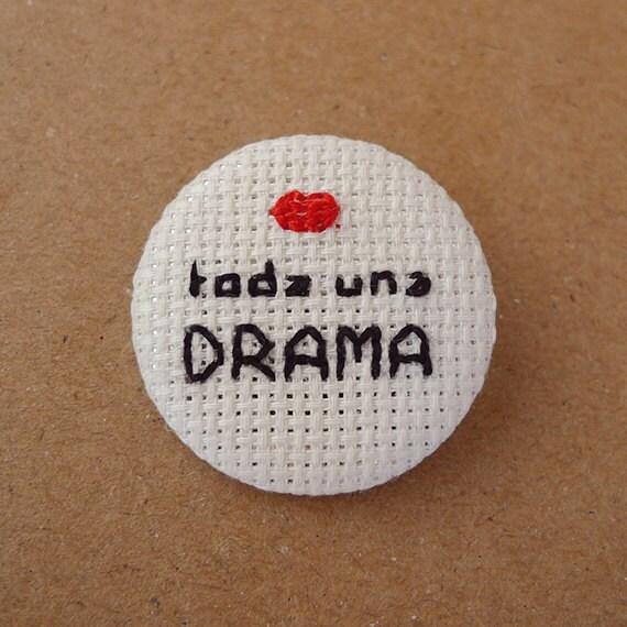 Toda una drama - Cross Stitch 31mm pinback button - Embroidered geek brooch