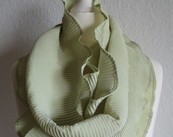 Voluminous circle scarf (scarf) in bright green.