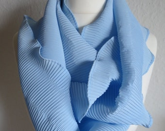 Scarf in a voluminous look in baby blue. Very pretty and timeless. Perfect for multiple occasions!