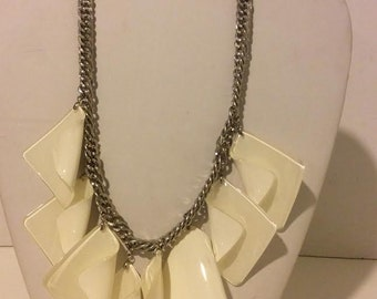 White chunky short resin link necklace