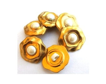 6 Buttons, vintage flower free shape, gold color with white pearl color trim in the center, 20mm