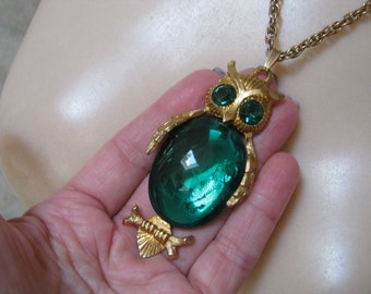 Vintage big owl pendant, green glass or resin owl pendant, dimensional green owl pendant, owl collection jewelry, retro owl necklace