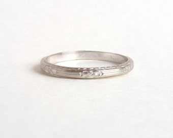Art Deco Wedding Band. 18k White Gold with Stripes and Blossoms. Belais. Size 8