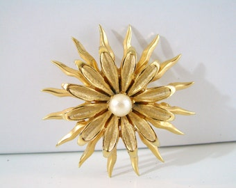Vintage gold sunburst flower brooch with white pearl accent (G5)