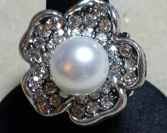 Large pearl in crystal flower  stretchy ring