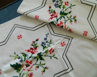 Pair of Beautiful Embroidered Vintage Pillowcases #14  BOTH ENDS OPEN - Unused