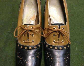 1970s two tone womens spectator shoes Ramblers size 8 9