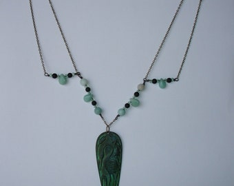 NECKLACE - Collier vintage pendentif héron patiné vert-de-gris et perles de gemmes