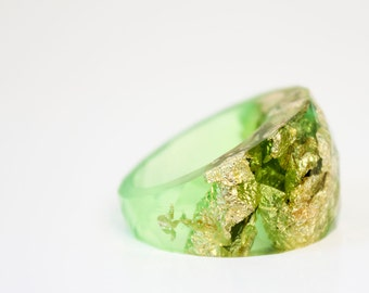 size 8 lime gold  round faceted eco resin ring featuring gold leaf flakes