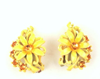 vintage daisy earrings // enamel with rhinestones