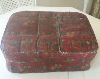 Lightweight vintage paper maćhe covered box