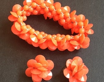 Lucite Stretch Bracelet with Earrings, Coral Colour, Retro Vintage Jewelry WINTER SALE