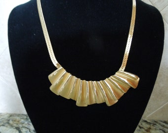 Vintage Gold Tone Necklace with Nice Feature.  Elegant