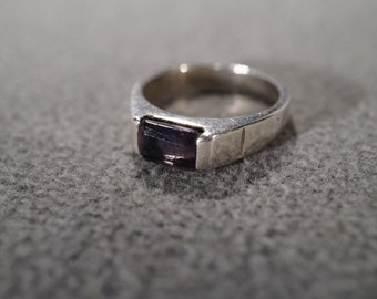 vintage sterling silver fashion ring band with a side set emerald-cut iolite stone, size 6    M7