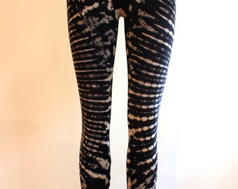 Psychedelic tie-dyed leggings // stretchy yoga perfection // black & grey