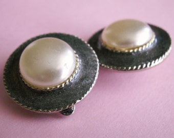 Vintage round clips earrings faux pearl brocaded gray gold tone twine