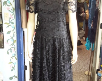 Vintage 1980s does 1920s dress! Beautiful Lace overlay, satin underlay. FREE SHIPPING WORLDWIDE!