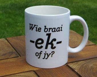 Wie braai, ek of jy? (Afrikaans saying) - Regular coffee mug