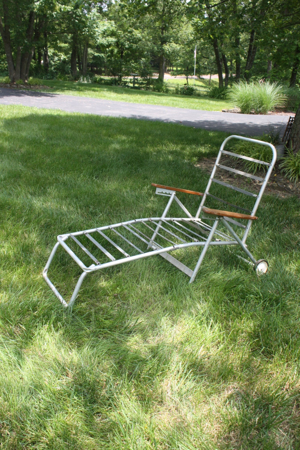 Vintage chaise lounge chair aluminum folding rolling wheels for Aluminum folding chaise lounge