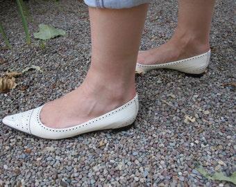 vintage Manolo Blahnik white pointy-toe flats - size 7.5